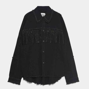 Säljer denna populära jacka från Zara med fransar i storlek XS, saknar en knapp på vänster arm nere vid handen men gör inget då de är snyggare ifall man viker upp armarna💕 Nypris: 549kr