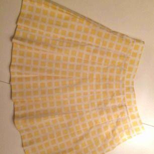 Gul veckad/ plisserad kjol. Jag sydde om midjan mindre som syns på bild 2