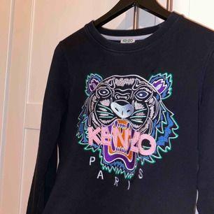 En super fin, färgglad kenzo tröja köpt i kenzos egen butik i London. Köpte den för 2299kr. Fint skick.  Påsen jag fick med kan jag även skicka med om de önskas! BUDGIVNING börjar från 100kr