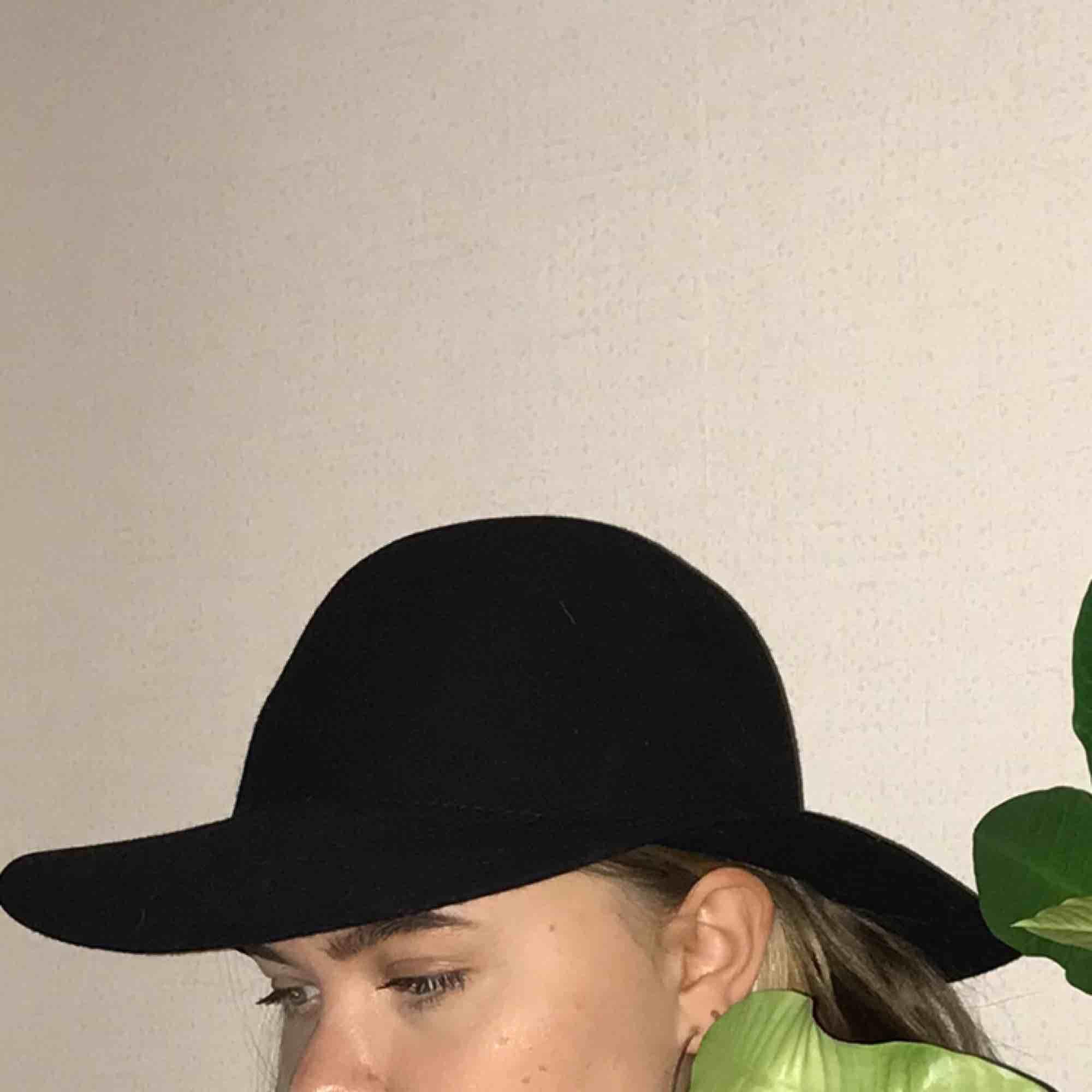En svart rund ullhatt från H&Ms Divided-sektion. Den är väldig chic och har en klassisk siluett - perfekt i hösten med en kappa! Kan mötas upp i Uppsala, annars står köparen för frakt.. Accessoarer.