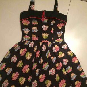 Svart vintage klänning med cupcakes. Är i bra skick, frakt tillkommer.
