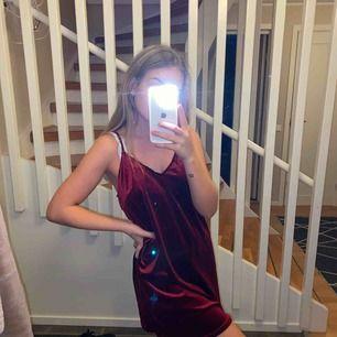 En superfin klänning från Rebecca Stella. Kan både kläs upp och kläs ner!