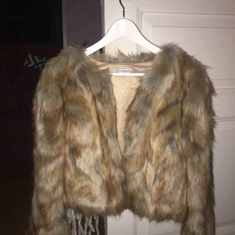 Beige faux fur jacka från crocker, är i fint skick, 200 inkl frakt. Jackor.