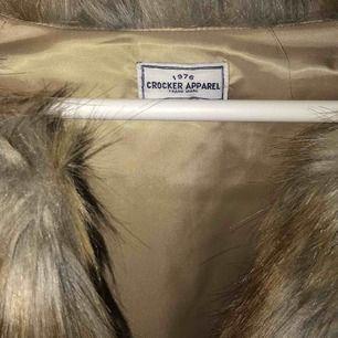 Beige faux fur jacka från crocker, är i fint skick, 200 inkl frakt