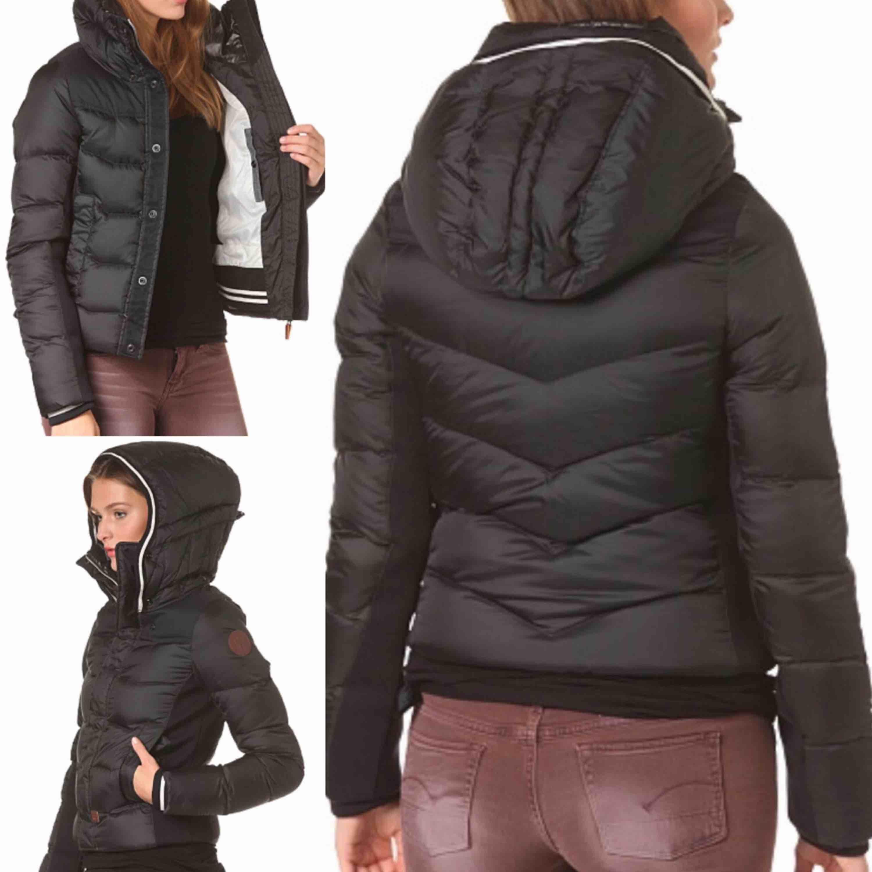 """Snygg vinterjacka från G-STAR. Modell: """"Alaska down jacket"""". Använd några månader förra vintern, inga defekter. Har aldrig frusit i denna jacka. Stor luva, muddar på ärmsluten samt midjan. Jackan stängs med dragkedja o knappar!  80% dun/20% fjäder. Jackor."""