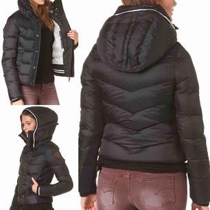 """Snygg vinterjacka från G-STAR. Modell: """"Alaska down jacket"""". Använd några månader förra vintern, inga defekter. Har aldrig frusit i denna jacka. Stor luva, muddar på ärmsluten samt midjan. Jackan stängs med dragkedja o knappar!  80% dun/20% fjäder"""