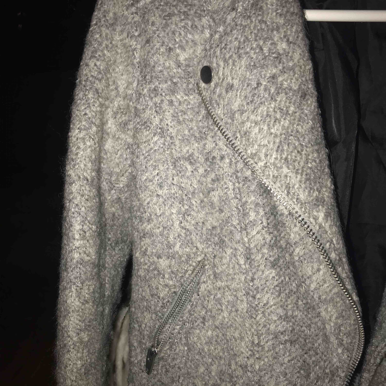 Ljusgrå jacka i väldigt bra skick, 150kr inkl frakt. Jackor.