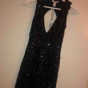 Paljettklänning ifrån Nelly, oanvänd med alla lappar kvar. Köparen står för frakten.