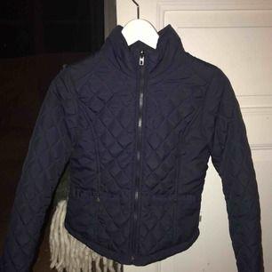 Marinblå quiltad jacka från Only, 100kr inkl frakt