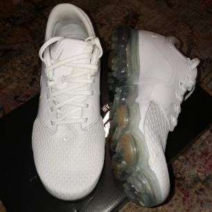 Helt nya fina vita Nike vapormax, endast använda 1 gång, helt ren sula. Säljs då de ej passar mig, storleken är 6.5Y vilket motsvarar EU 39, (24,5 cm). Buda, passa på ✨