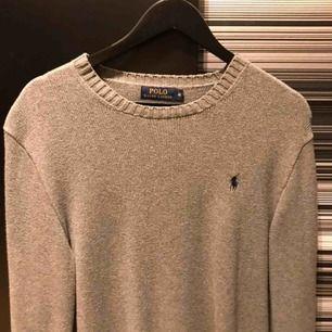 Jättefin grå stickad tröja från Ralph Lauren med svart logga på. Den är i M men är lite stor o storleken så den funkar perfekt på en i L. Frakt ingår. Originalpriset låg på ca 1000-1200 så detta är ett riktigt kap. Har själv knappt använt den