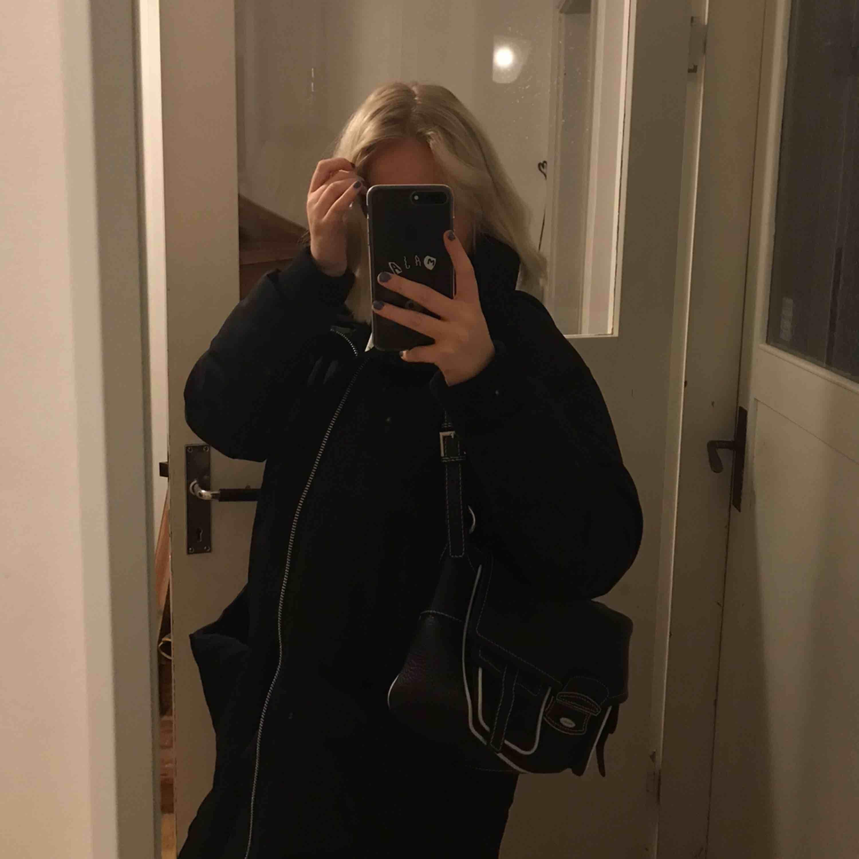 Cool handväska som passar till mycket, 110kr inkl frakt . Väskor.