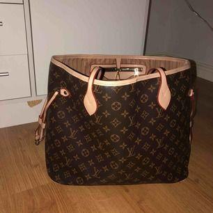 Säljer en Louis Vuitton väska i jätte fint skick. Den har för mesta dels bara stått i garderoben och har haft den i 4-5 månader. Rymlig men inte stor så den blir ivägen på något sätt. Kan tänkas bytas mot marelene Birger. Frakt tillkommer.💗💗