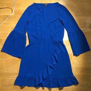 Jättefin klänning från miss selfridge i strl. 32 (skulle säga att den nog passar bättre på en 34 kanske liten 36). Säljer endast pga för stor. Nyskick och oanvänd. Nypris: 650kr
