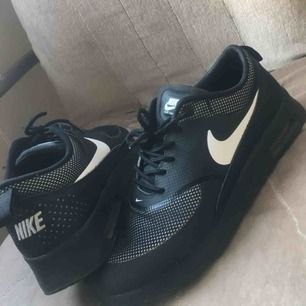 Nike air Max thea storlek 39(små i storlek), 250kr (som nya) Slip ins storlek 38(stora i storlek), 100kr(använda 2 gånger) New balance storlek 39(små i storlek), 150kr(fint skick)  Fraktar om köparen står för frakten