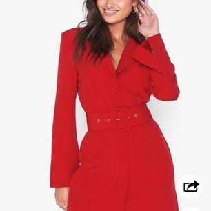 Röd blazer klänning från Nelly. Använd en gång så i nyskick. Nypris 600kr. Köparen står för ev frakt 63kr med postnord.