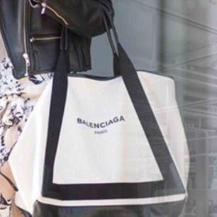 Säljer Balenciaga canvas Tote bag,, väskan är AAAA+++ av bästa kvalité, äkta läder på handtaget och är i gott skick.  Endast seriösa köpare tack!