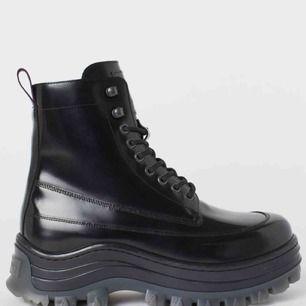 SÖKER dessa skor från EytysXhm samarbetet i storlek 38/39 helst. Har du ett par som du är villig att sälja får du gärna höra av dig, skulle uppskatta det SÅ!