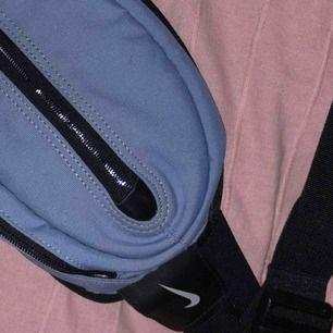 Bumbag/funnypack från nike. Rymlig för de allra viktigaste sakerna man vill ha med sig. Assnygg färg!
