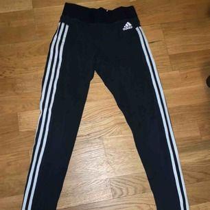 Adidas tights i storlek s. Sparsamt använda men tappat lite färg pga tvätt, dock inget som märks! Frakt tillkommer🖤