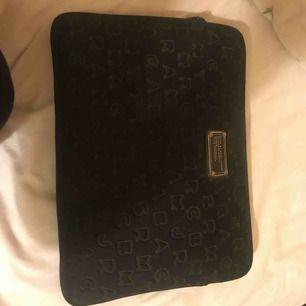 Svart datorfodral från Marc Jacobs. Köptes för några år sedan och är sparsamt använd. 500kr + frakt! Hör av dig ifall du har frågor!