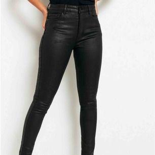 Jättecoola svarta vaxade jeans från Lindex. Modeller heter Vera. Jag är 174 och längden är okej på mig kanske något kort (beroende på hur man vill de ska sitta). Köparen står för frakten😇
