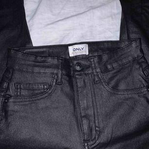 Tajta läder byxor från Vero Moda. Använda 1 gång förra nyår, nyskick. Högmidjade. Köpare står för frakt (50kr). Nypris 449kr.
