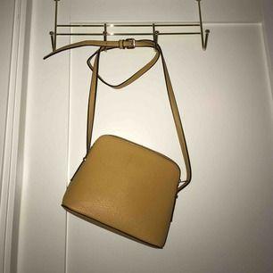 gul väska med gulddetaljer, i mycket bra skick!