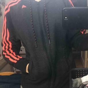 Adidas kofta med rosa detaljer  Storlek s