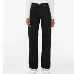 Byxor från Monki i modellen Yoko. Dem är i bra skick. Kan mötas upp i Stockholm annars står köparen för frakt. ‼️Högsta budet är nu på 290kr‼️