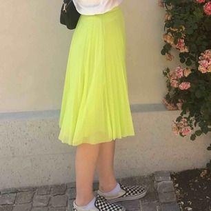 Säljer denna kjol från bershka som är i superbra skick. Kan mötas upp i Stockholm annars står köparen för frakt.