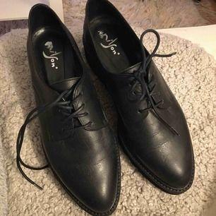 Superlätta coola skor från Nilson Shoes. Säljer dem för att jag har hallux valgus och därför inte kan ha vissa skor 😔 Inköpta slutet av oktober -19 och har därför inte använts mycket. Kvitto finns (se bild 2).