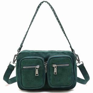 INTRESSEKOLL på min mörkgröna noella väska i den mindre modellen. Den är aldrig använd och därav i nyskick, säljes pga den inte är min stil tyvärr 💘
