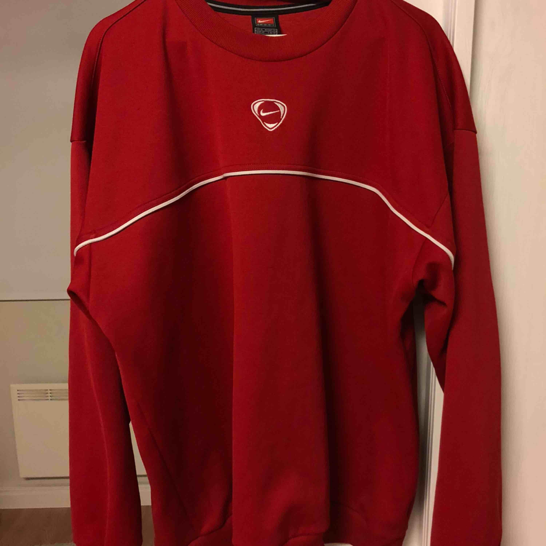 (INTRESSEKOLL) funderar på att sälja denna snygga nike tröjan:) frakt tillkommer❣️. Tröjor & Koftor.