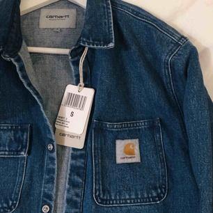 Stadig carhartt skjorta/jacka i jeans material. Aldrig använd. Möts upp omkring Odenplan