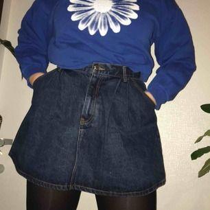 En jeanskjol från Bik Bok. Storlekslappen är avklippt men den sitter som en storlek 40 på mig. Den är väldigt utgående i modellen, bred A-linje. Inte använd, därför i mycket fint skick! Kan mötas upp i Uppsala, annars står köparen för frakt.