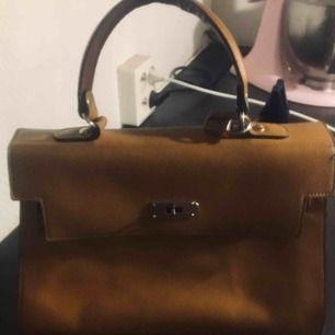 Vintage väska köpt i Paris Liknar lite en Hermes Birkin bag