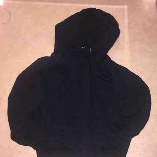 En svart omega hoodie köpt för 299 nästan aldrig använd frakt tillkommer