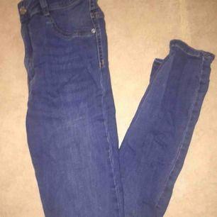 Högmidjade Molly jeans köpta för 299 använd endast en gång säljs pga förstora frakt tillkommer