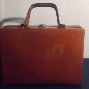 Vintage väska i lack från 60-talet., Många bra fack i. Nyskick