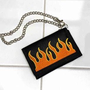 Skitcool plånbok med flames och kedja. Öppnas med kardborrband, fint skick ✨ 100kr inklusive frakt
