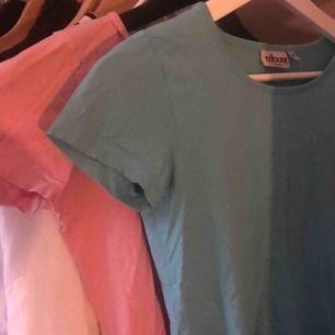 Aldrig använda t-shirts. Den rosa i storlek S och blå i storlek XS. Båda för-100kr:                                            1 för-50kr.💗💙