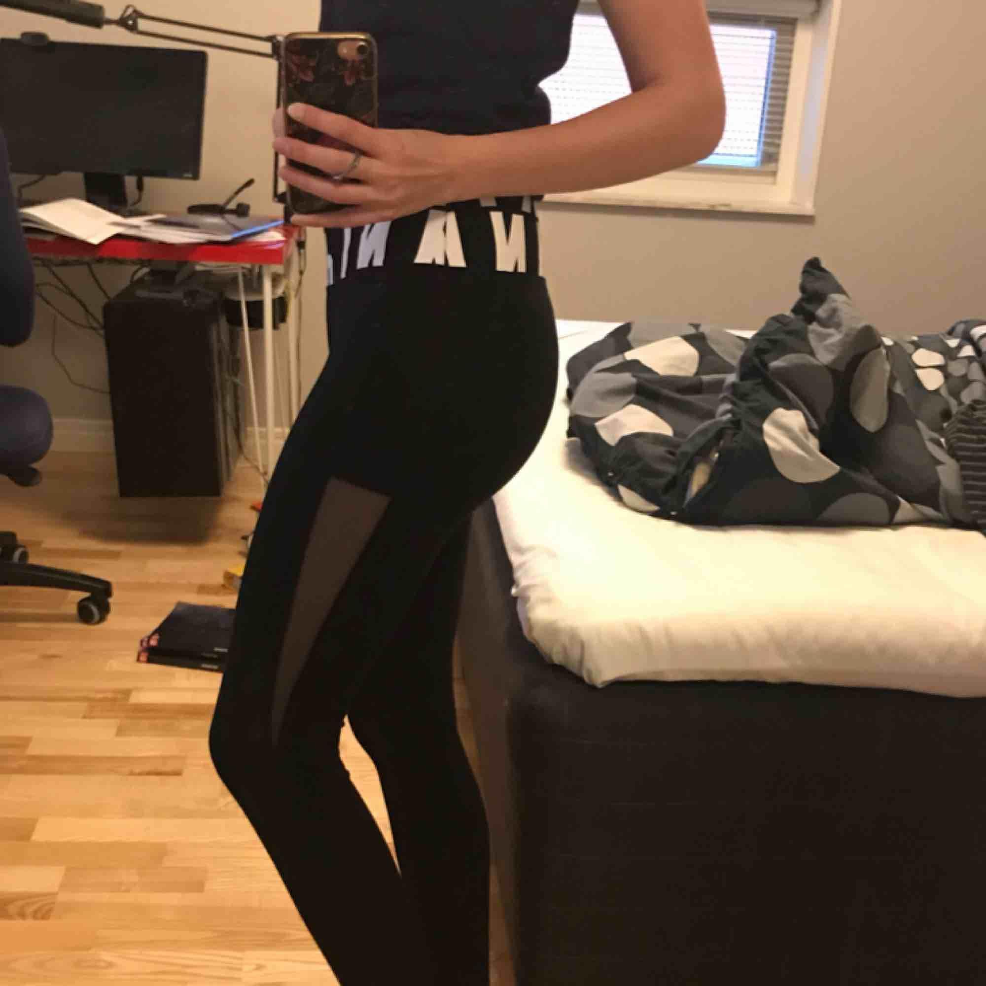 Träningstights från victoria's secret PINK, superfina, köpare står för frakt🤩. Jeans & Byxor.