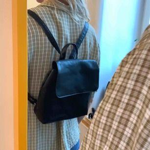 Skinn-ryggsäck med justerbara band. Är vintage så ej ny men fint skick! Frakt är inräknad i priset ✨