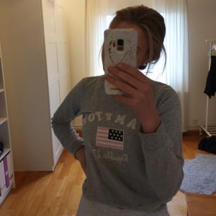 Tjockare långärmad tröja från Hampton Republic Kappahl mysig och som i nytt skick, men använder den för sällan. Skriv för fler bilder 💓