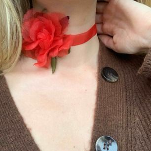 Unik chokerhalsband med en ros. Frakt är inräknat i priset