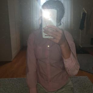 Rosa vit skjorta från Hampton republic kappahl Bra skick men har blivit för liten  Skriv för fler bilder 💞