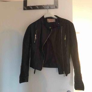 Chiquelle moto jacket i svart! Storlek 38 men sitter bra på mig som oftast har 36. Väldigt bra skick på jackan då den är använd fåtal gånger! Köparen står för frakten men priset kan diskuteras.