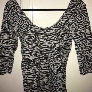 Zebra-topp från Gina med urringad rygg. Använd men i fint skick.