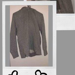 Mörkgrå hoodie från Vero Moda med ett ljusgrått tryck på vänsterarm✨☺️🎞